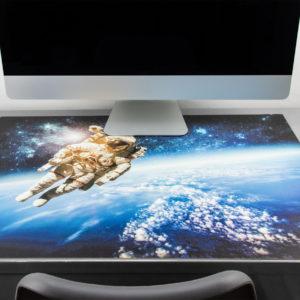 Schreibtischunterlage Astronaut  Weltkugel